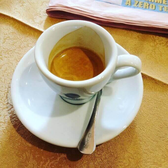 il caffè del Bar Zhou Qiao a Milano