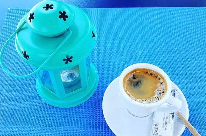 il caffè del bar Caelum nel porto di Riumar, in Catalogna