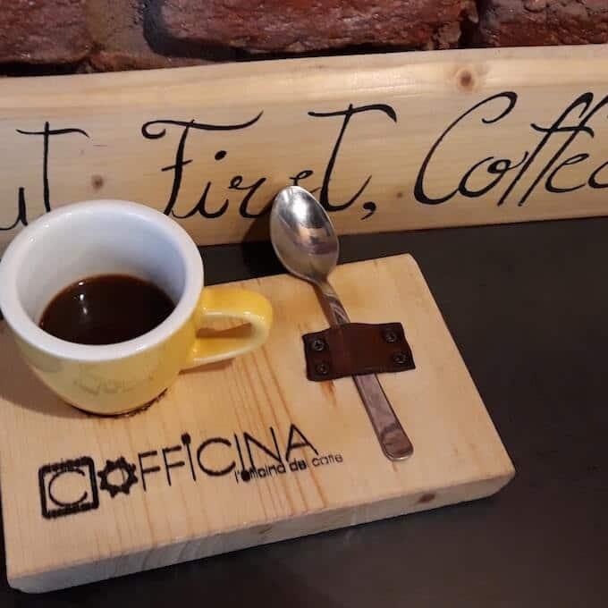Cofficina a Milano: tazzina di caffè Brasile preparato con la moka
