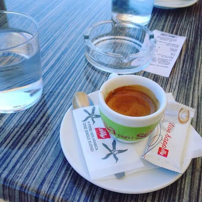 il caffè del bar Cosi Cafe a Xylokastro in Grecia