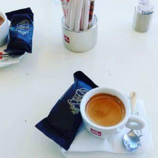 Il caffè di Libro Lounge Cafe a Xylokastro in Grecia