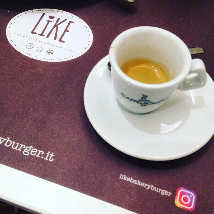 Il caffè di Like Bakery Burger a Canonica Lambro