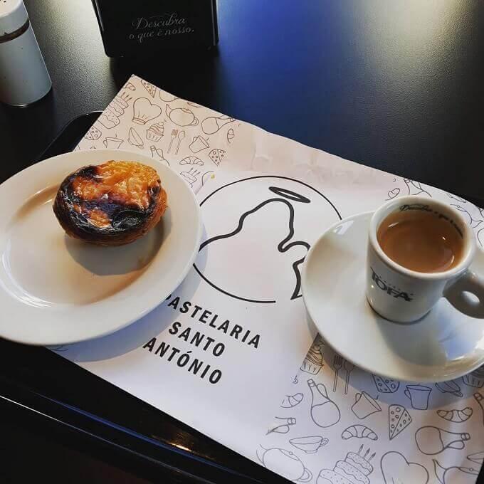 Il caffè della Pastelaria Santo António a Lisbona
