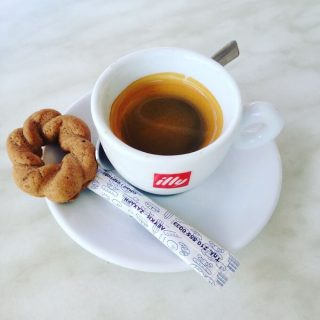 il caffè Illy del bar Sweet Cookies a Corinto, in Grecia
