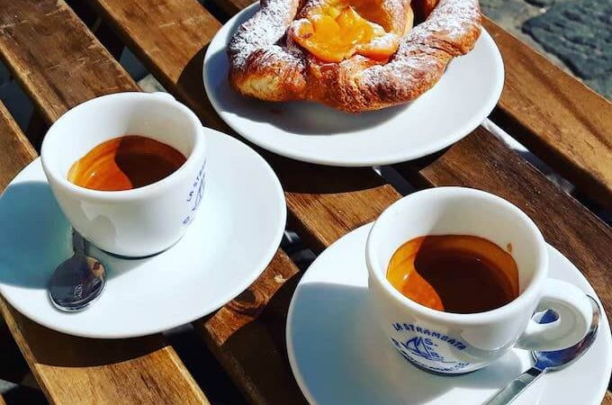 Il caffè del Bar La Strambata a Genova Boccadasse