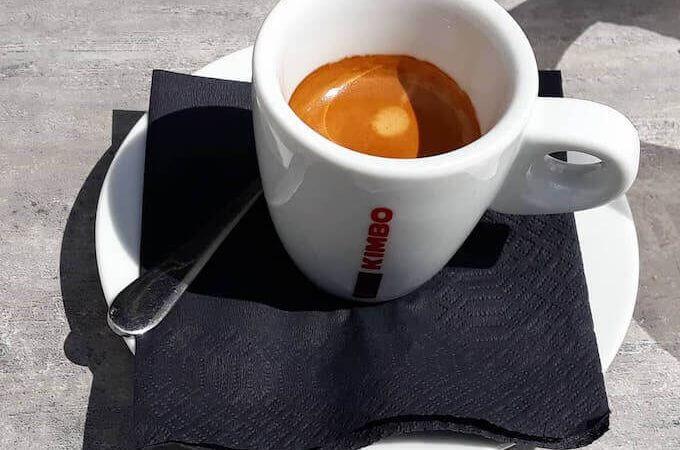 Il caffè del Caldo Cafe Bar di Metsovo, in Grecia