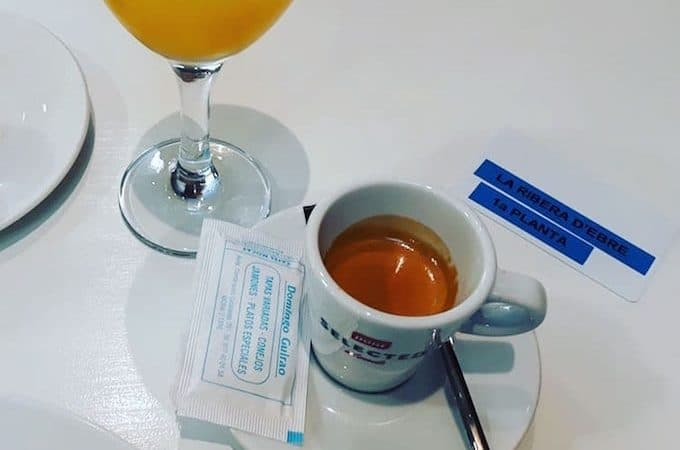 Il caffè dell'Hostal La Creu a Mora d'Ebre, in Catalogna