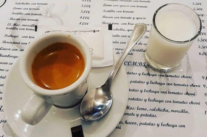 il caffè del Bar Restaurant Un Mos a Sant Jaume d'Enveja in Catalogna
