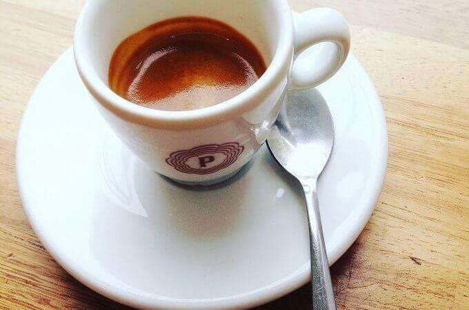 il caffè della pasticceria Panarello in piazza Santa Francesca Romana a Milano