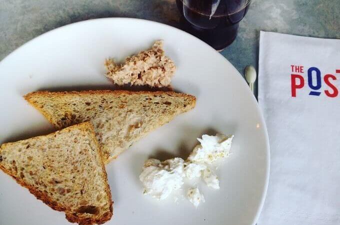 il caffè della colazione dell'hotel The Post Hostel a Gerusalemme