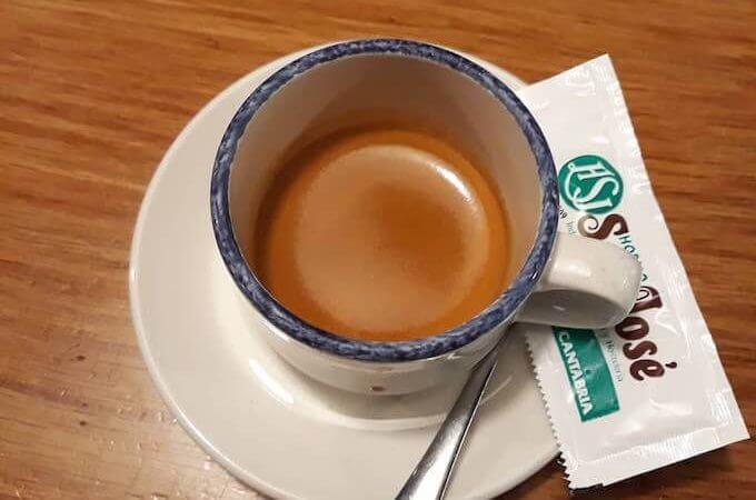 Il caffè del Restaurante Fuentebro a Fontibre, in Spagna